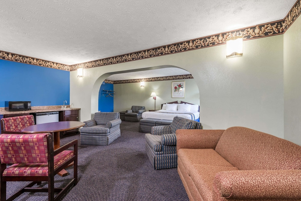 Room, Days Inn & Suites by Wyndham Youngstown / Girard Ohio