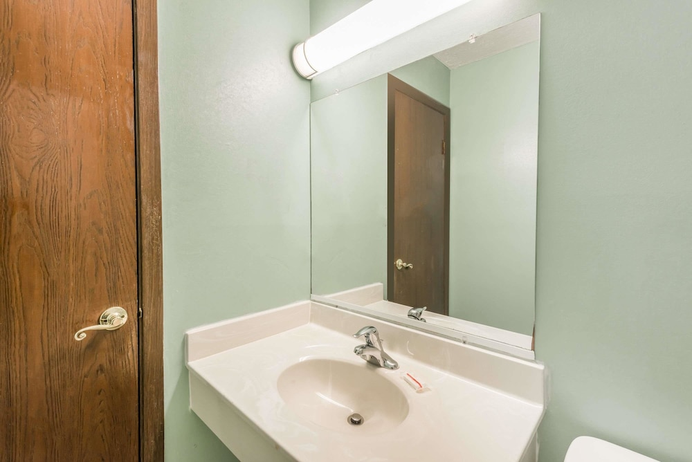 Bathroom, Days Inn & Suites by Wyndham Youngstown / Girard Ohio