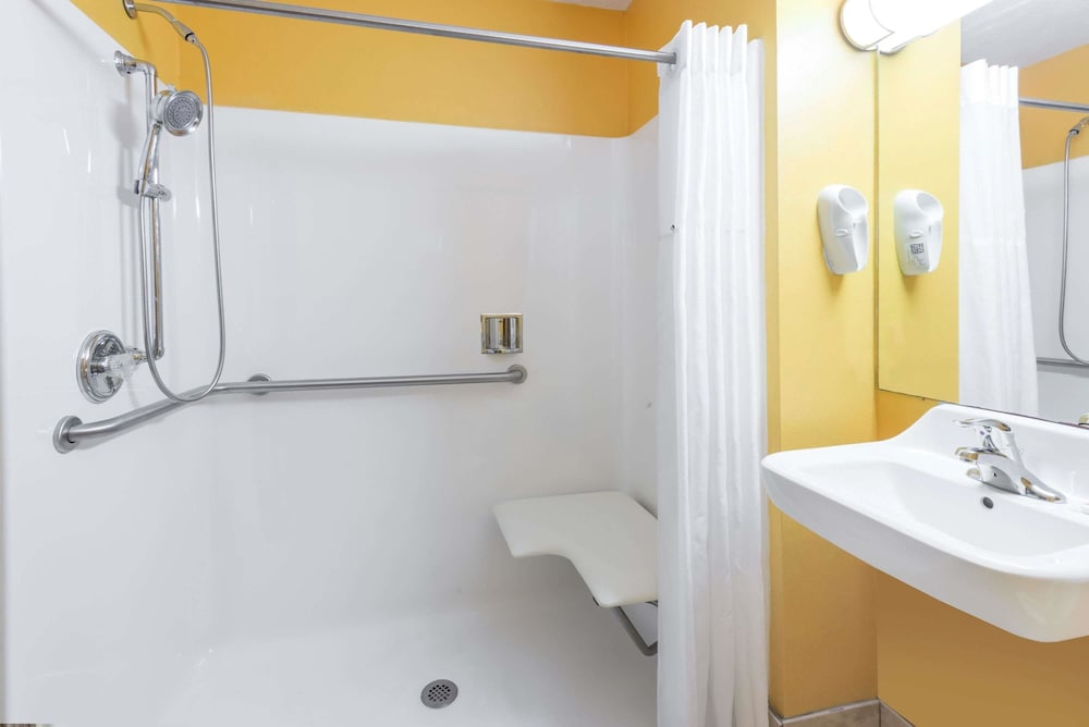 Bathroom Shower, Days Inn & Suites by Wyndham Youngstown / Girard Ohio