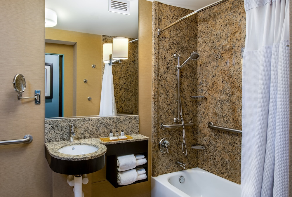 Bathroom, Crowne Plaza Hotel Chicago O'Hare