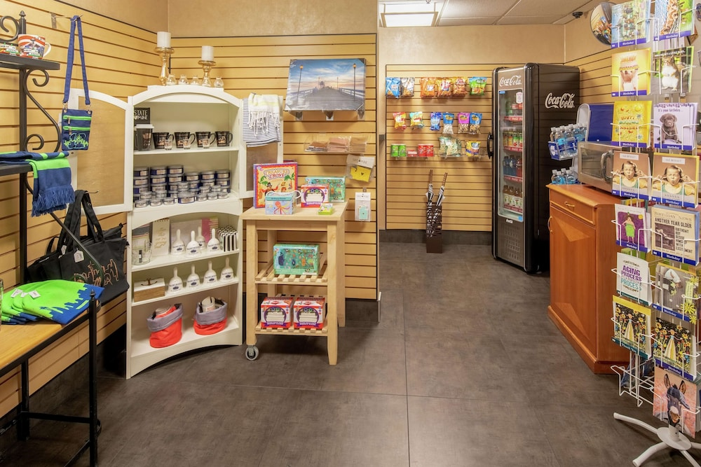 Gift Shop, DoubleTree Suites by Hilton Seattle Airport - Southcenter