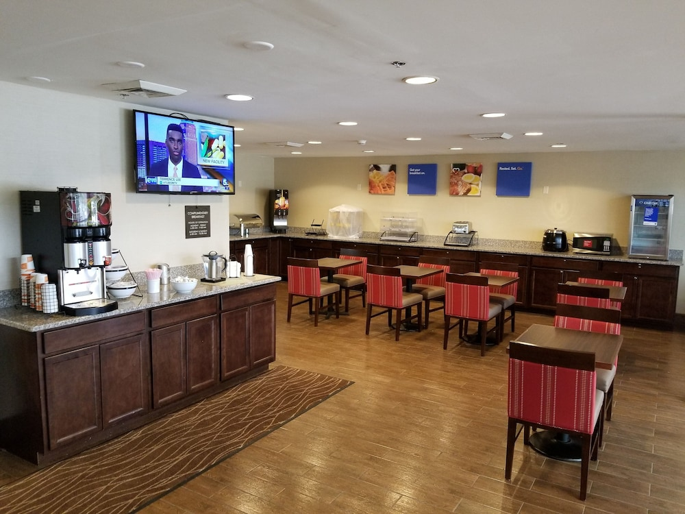 Breakfast Area, Comfort Inn Cleveland Airport