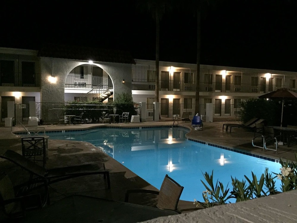 Outdoor Pool, Extend-a-Suites Phoenix
