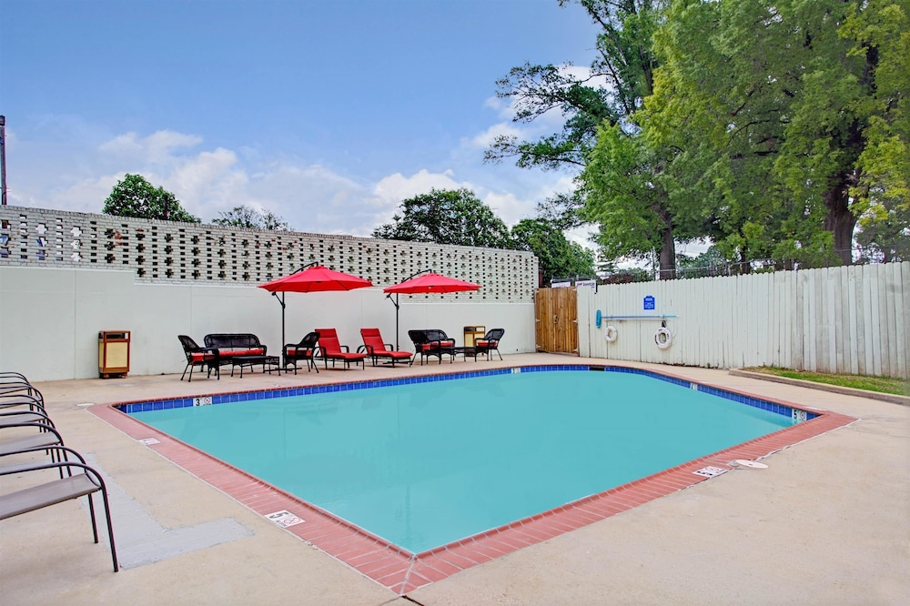 Outdoor Pool, Super 8 by Wyndham Memphis/Dwtn/Graceland Area