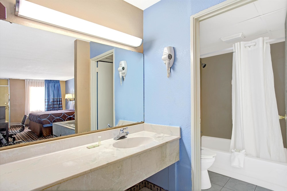 Bathroom, Super 8 by Wyndham Memphis/Dwtn/Graceland Area