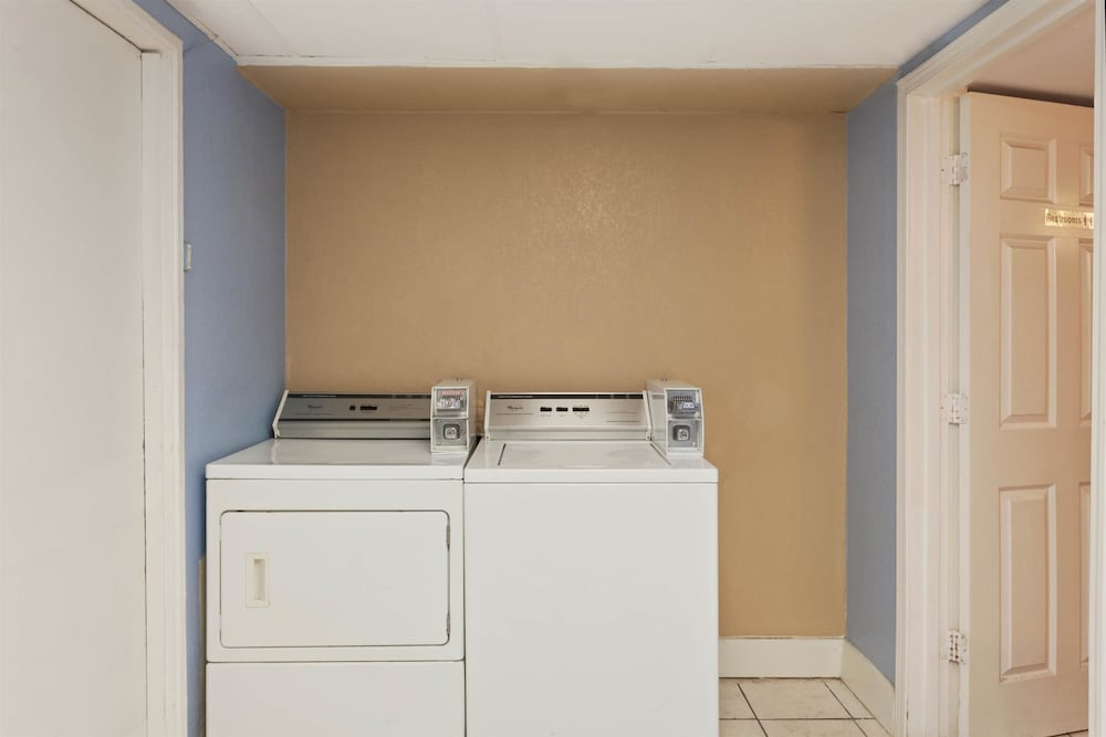 Laundry Room, Super 8 by Wyndham Memphis/Dwtn/Graceland Area