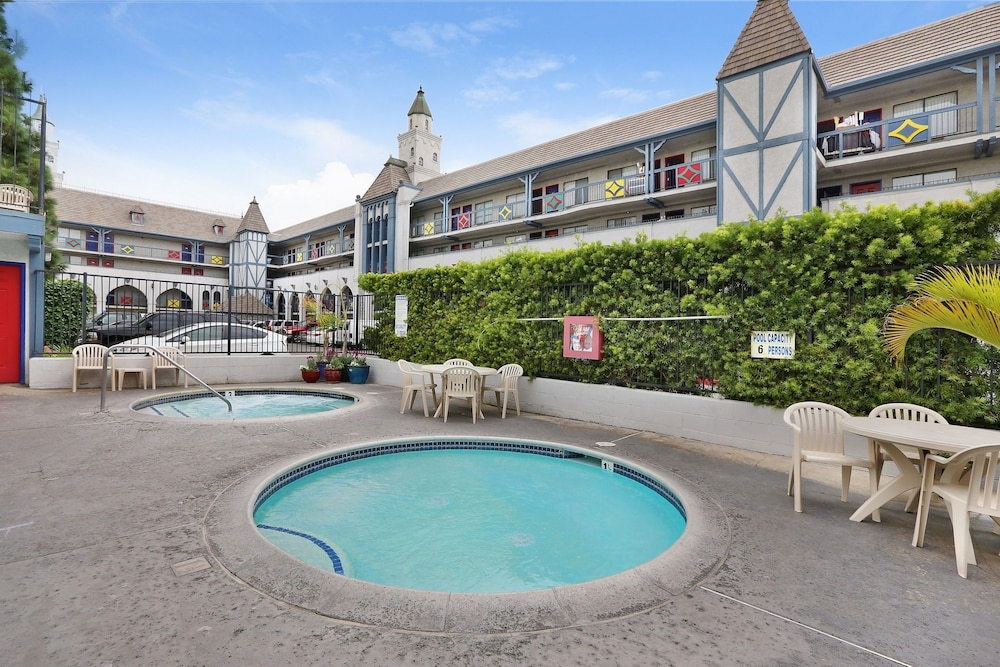 Outdoor Pool, Castle Inn and Suites