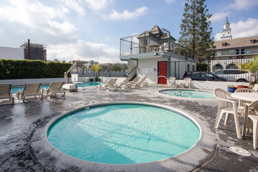 Outdoor Spa Tub, Castle Inn and Suites