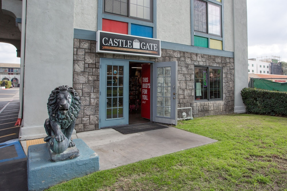 Property Entrance, Castle Inn and Suites