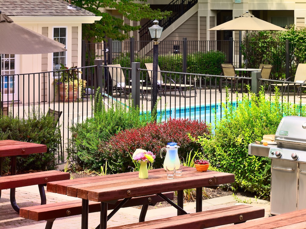 BBQ/Picnic Area, Sonesta ES Suites Cincinnati - Sharonville West