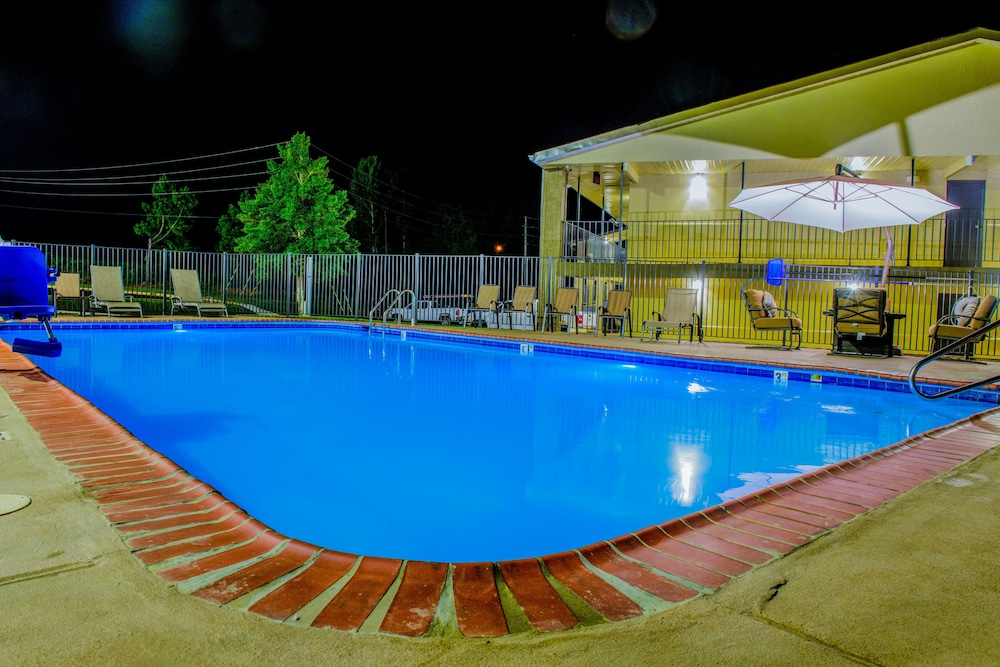 Outdoor Pool, Days Inn & Suites by Wyndham Athens Alabama