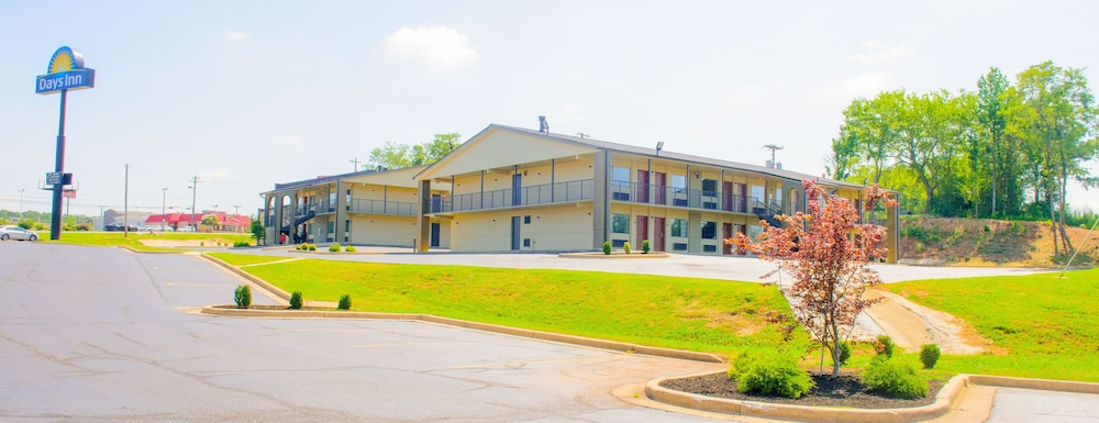 Front of Property, Days Inn & Suites by Wyndham Athens Alabama