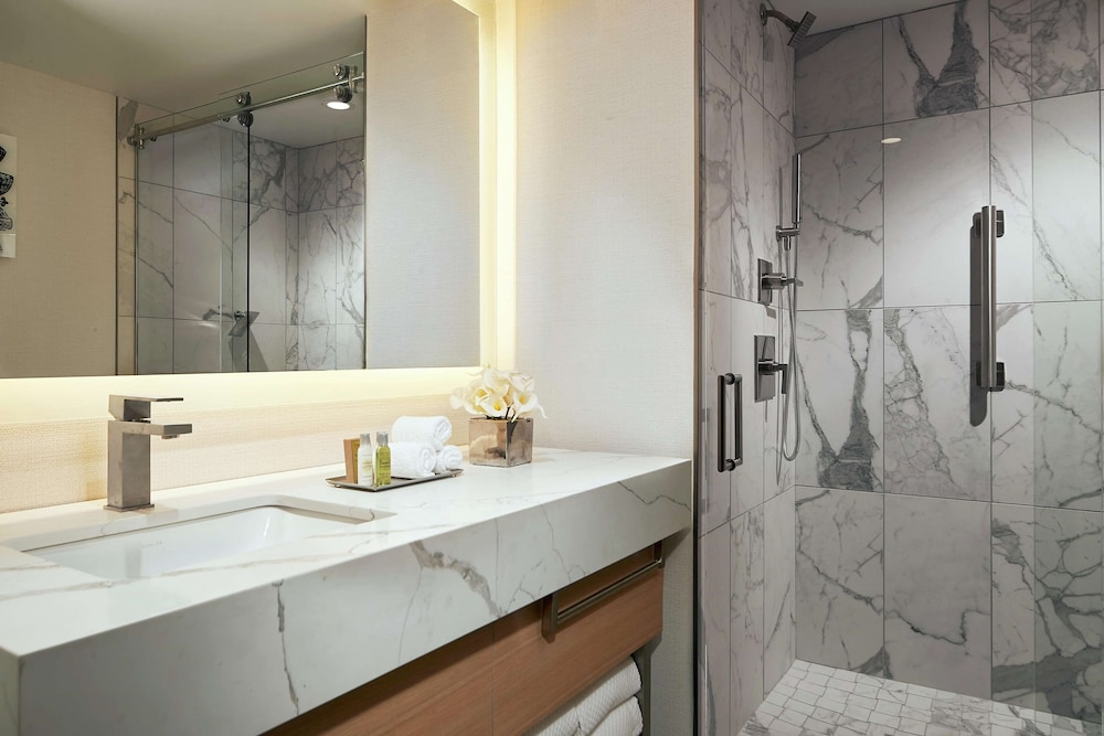 Bathroom, DoubleTree by Hilton Chicago - Magnificent Mile
