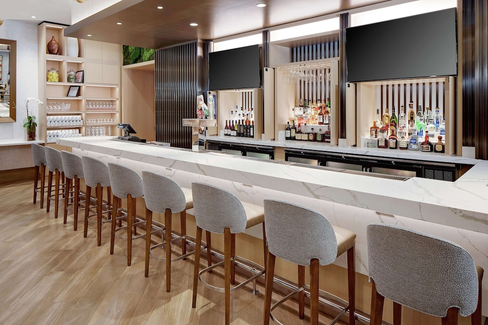 Bar, DoubleTree by Hilton Chicago - Magnificent Mile