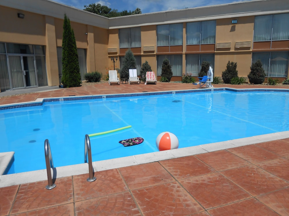 Outdoor Pool, Quality Inn & Suites