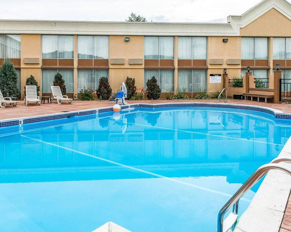 Pool, Quality Inn & Suites