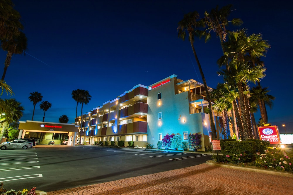 Front of Property - Evening/Night, Comfort Inn & Suites Huntington Beach