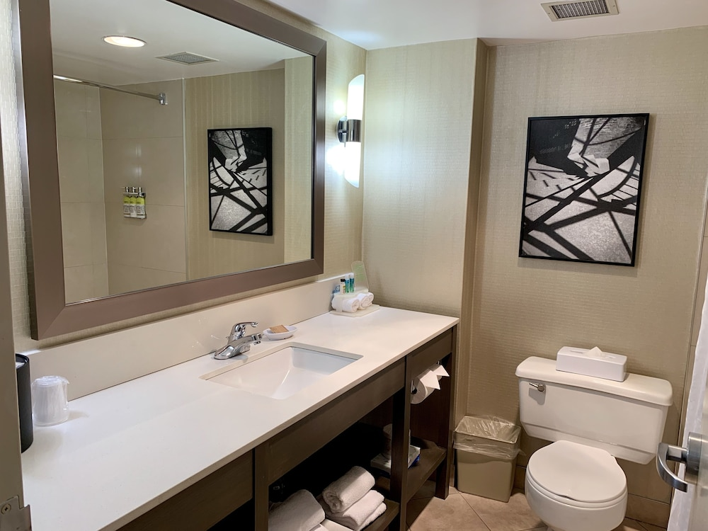 Bathroom, Holiday Inn Express Vancouver-Metrotown (Burnaby), an IHG Hotel