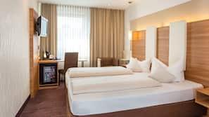 Allergitestade sängkläder, värdeförvaringsskåp på rummet och skrivbord