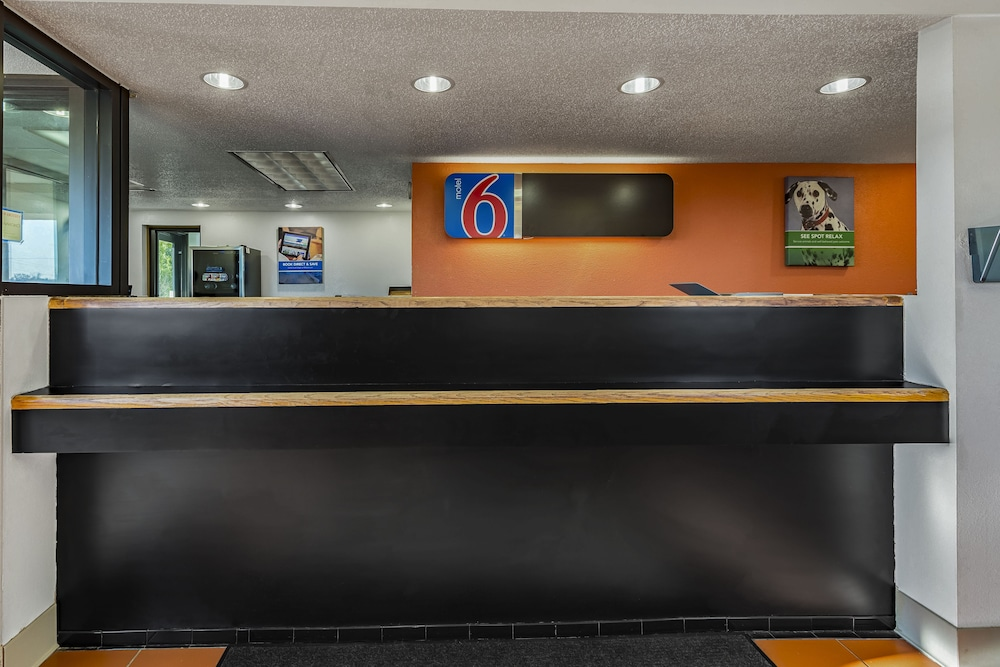 Lobby, Motel 6 Cincinnati, OH - Central - Norwood