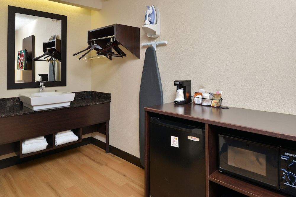 Room Amenity, Red Roof Inn PLUS+ Secaucus - Meadowlands - NYC