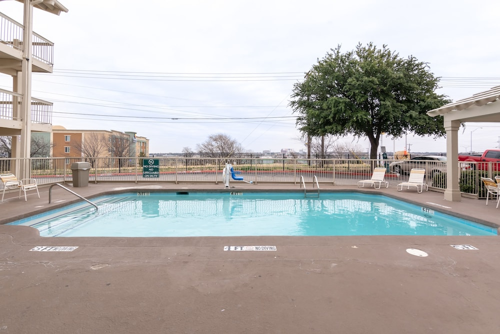 Outdoor Pool, Studio 6 Fort Worth, TX - West Medical Center
