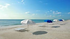 Ubicación a pie de playa, arena blanca, cabañas de playa y tumbonas
