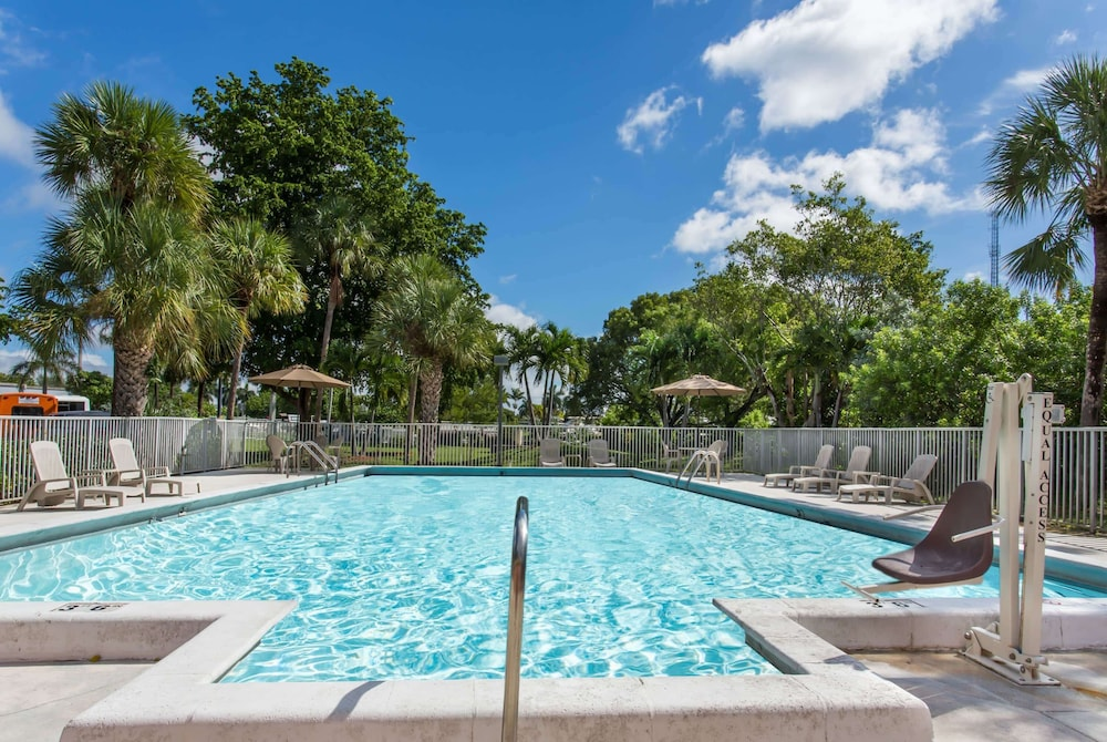 Pool, Days Inn by Wyndham Fort Lauderdale Airport Cruise Port