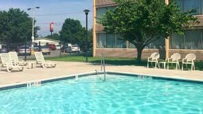 季節性室外泳池;07:00 至 19:00 開放;躺椅