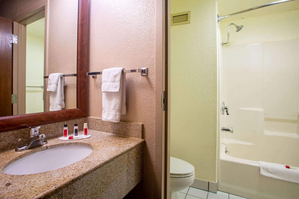 Bathroom, Baymont by Wyndham Springfield South Hwy 65