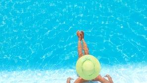 2 piscinas al aire libre, sombrillas
