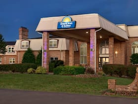 Days Inn and Suites by Wyndham Sikeston