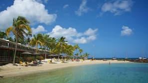 Sulla spiaggia, ombrelloni, teli da spiaggia, snorkeling