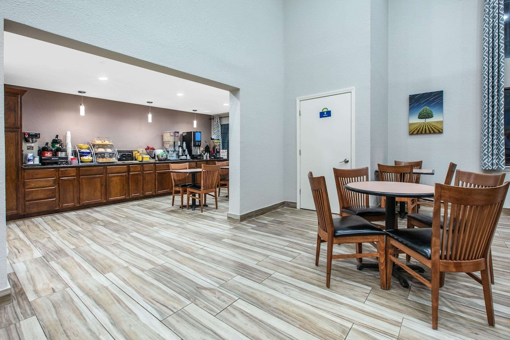 Breakfast Area, Days Inn by Wyndham Waco