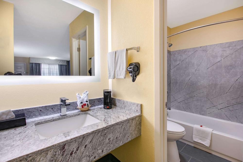 Bathroom, Days Inn by Wyndham Waco