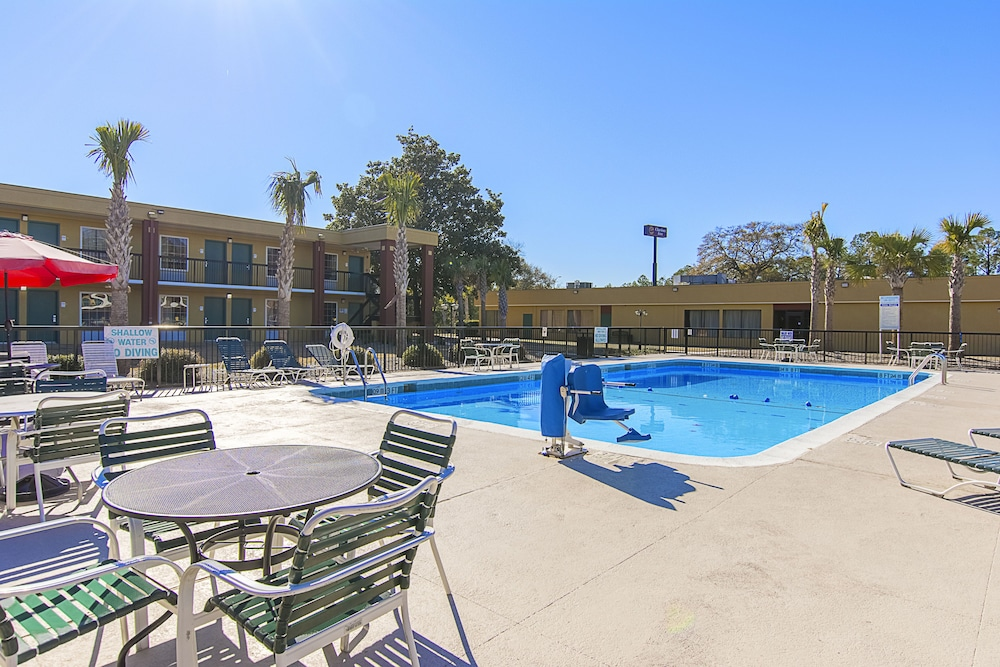 Outdoor Pool, Clarion Inn Airport