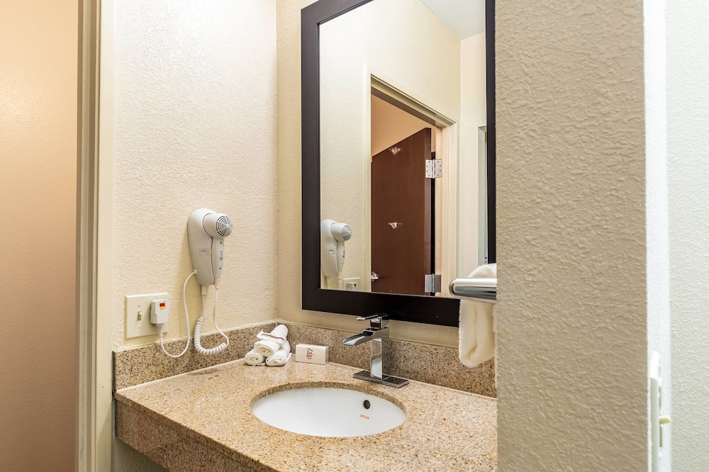 Accessible bathroom, Red Roof Inn PLUS+ & Suites Houston – IAH Airport SW