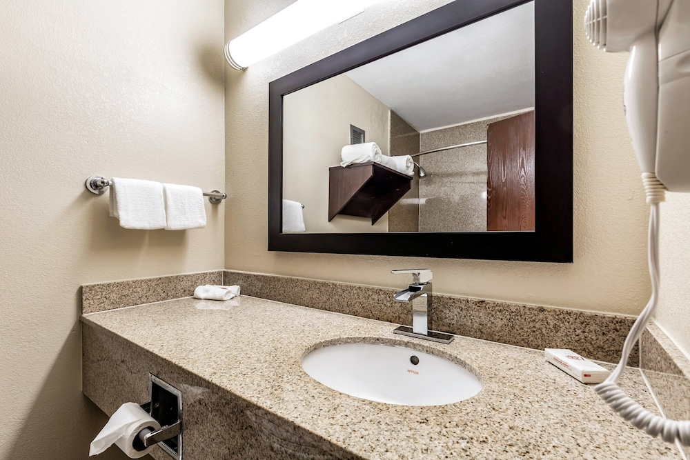 Bathroom, Red Roof Inn PLUS+ & Suites Houston – IAH Airport SW