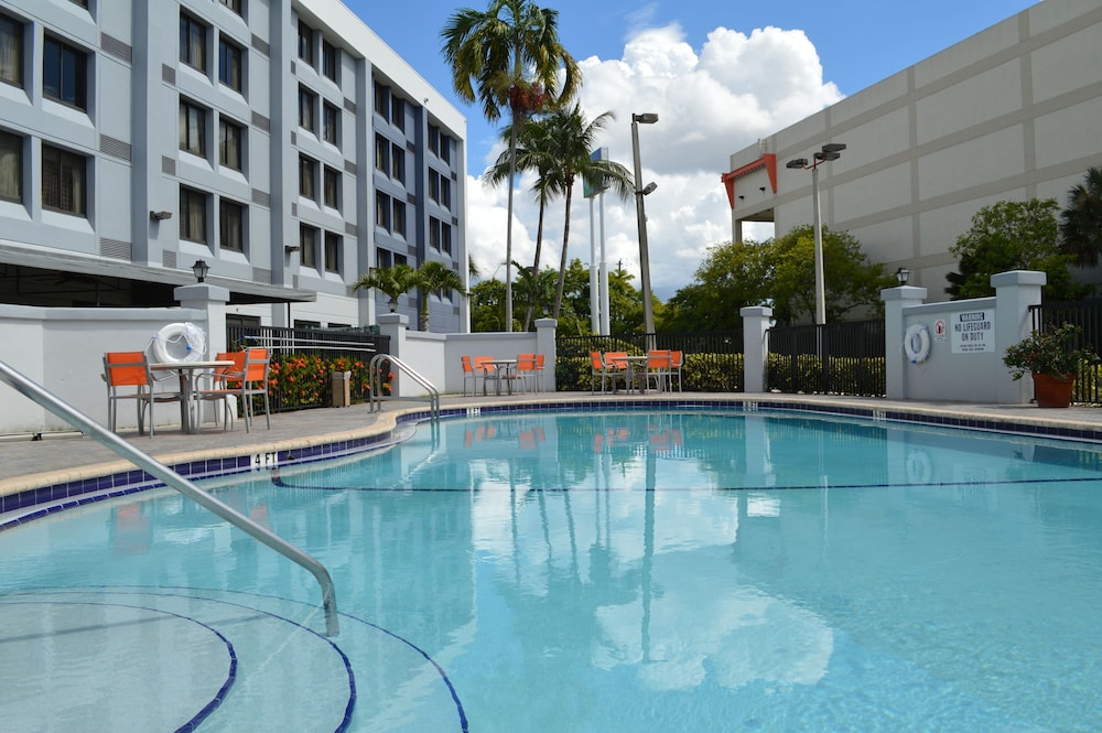 Outdoor Pool, Holiday Inn Express & Suites Miami - Hialeah