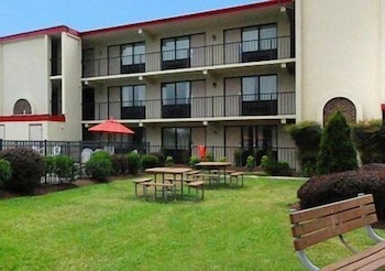 BBQ/Picnic Area, Econo Lodge Inn & Suites Rehoboth Beach