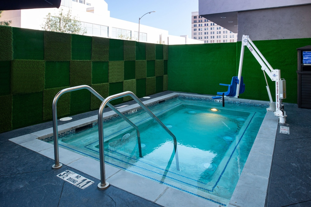 Pool, Holiday Inn Express Los Angeles Downtown West