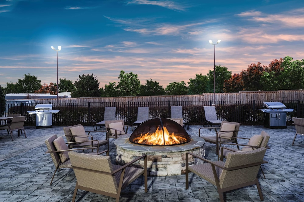BBQ/Picnic Area, La Quinta Inn & Suites by Wyndham Chattanooga-Hamilton Place