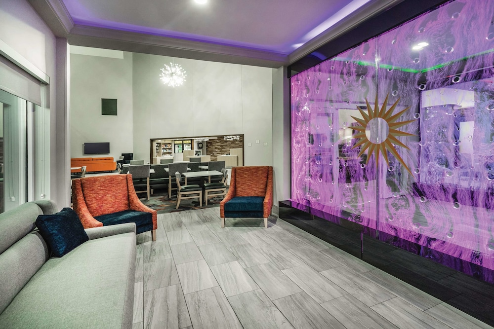 Lobby, La Quinta Inn & Suites by Wyndham Chattanooga-Hamilton Place