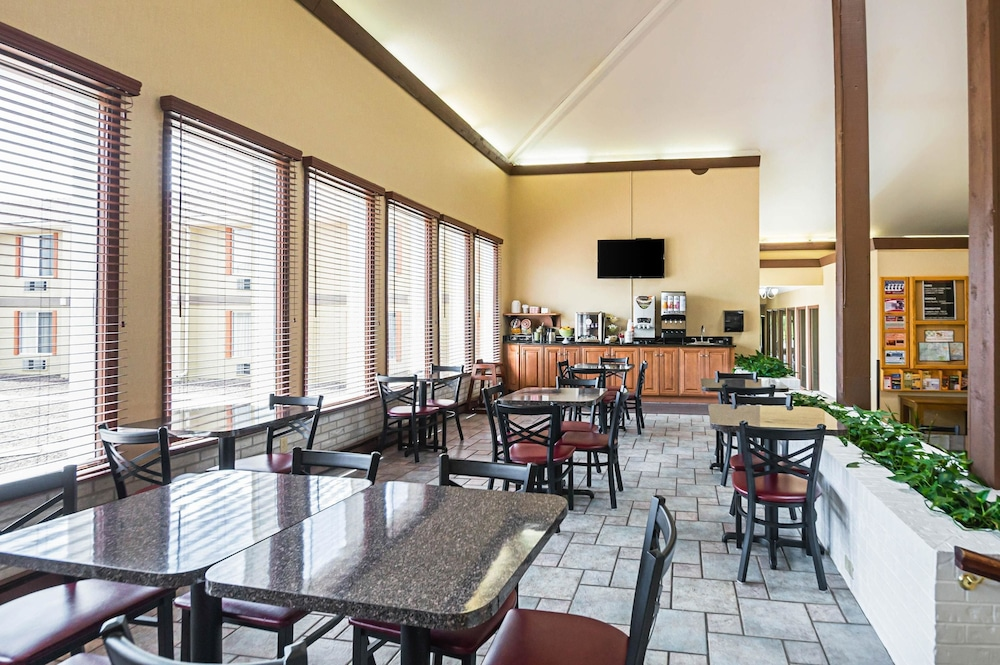 Breakfast Area, Quality Inn & Suites Frostburg-Cumberland