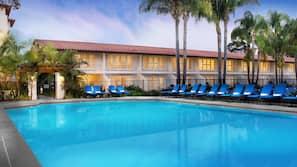 7 piscinas externas, funciona das 8h00 às 22h00, barracas, guarda-sóis