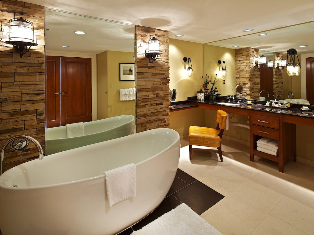 Deep Soaking Bathtub, Hilton Anatole