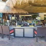 Bar junto a la piscina