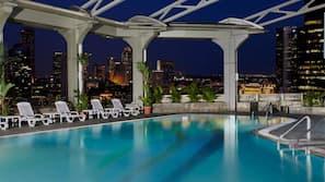 室外泳池;07:00 至 23:00 開放;泳池傘、躺椅
