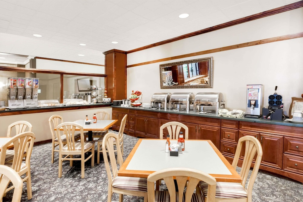 Breakfast Area, Ramada Hotel & Conference Center by Wyndham Lansing