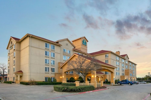 La Quinta Inn & Suites by Wyndham DFW Airport South / Irving